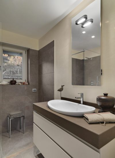 Moderne badkamer met douche en lavabo